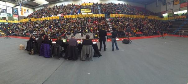Imagen de una asamblea de la CUP, partido cuyo funcionamiento tiene una gran base municipalista y asamblearia [Fotografía vía www.anticapitalistes.net].
