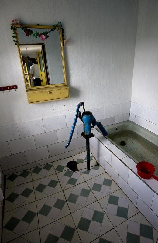 """""""Una visita a una casa de un pueblo. Las familias que viven aquí son cuidadosamente seleccionadas por el gobierno. Pero a veces, un detalle como una bañera usada como cisterna uestran que los tiempos son duros"""" Eric Lafforgue."""