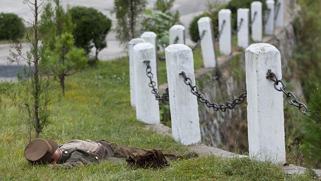"""""""Este soldado estaba durmiendo en un campo. Esta imagen contribuyó a que me vetasen la entrada en el país"""". Eric Lafforgue."""