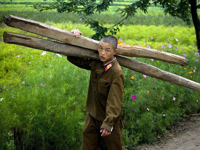 """""""El ejército norcoreano es considerado como uno de los más importantes del mundo. Pero si viajas allí, verás frecuentemente a soldados haciendo trabajos no cualificados, como ayudar a los granjeros"""". Eric Lafforgue."""