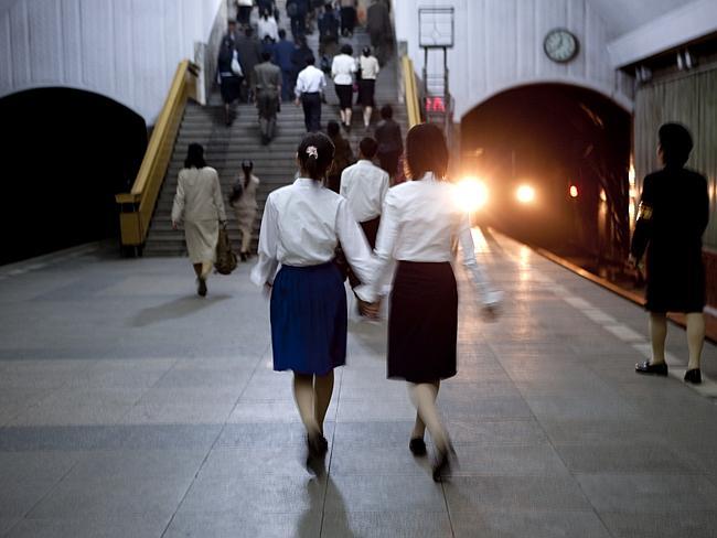 """""""El sistema de metro de Pyongyang es el más profundo del mundo, puesto que sirve a la vez como refugio antibombardeos. Alguien me vio tomando esta imagen y me pidió que la borrase porque salía el tunel"""" Eric Lafforgue."""