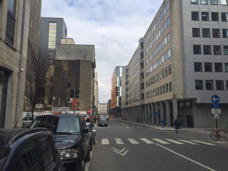 Cruce de la Rue de Trèves con la Rue Montoyer. Al fondo se aprecia el lugar de la explosión en Maelbeek.