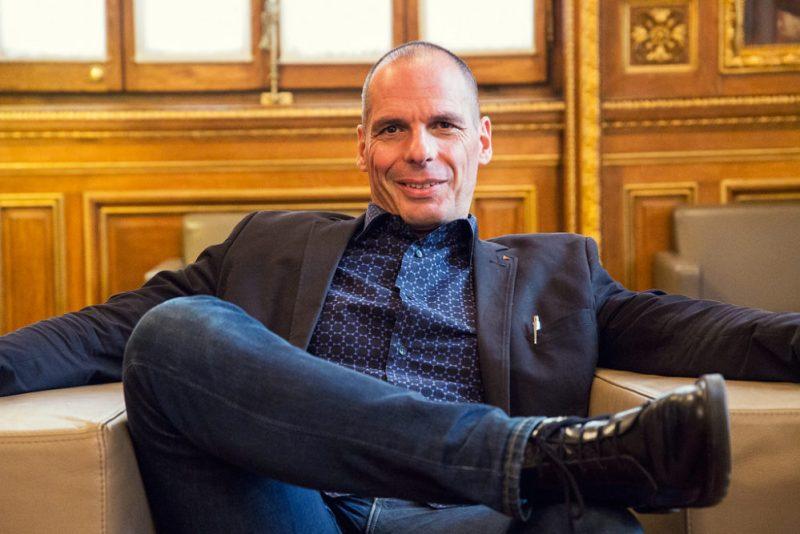 El principal impulsor del movimiento DiEM25, Yanis Varoufakis, durante su visita al ayuntamiento de Barcelona, octubre de 2015 [Foto: Marc Lozano vía Flickr].