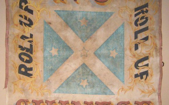 Bandera enarbolada en los hechos de Lambing Flat (1861), en uno de los episodios más conocidos de enfrentamientos entre colonos europeos y otra etnia (en este caso, chinos). Esta serie de episodios acabaron propiciando el establecimiento de la White Australian Policy [Foto vía WikimediaCommons].