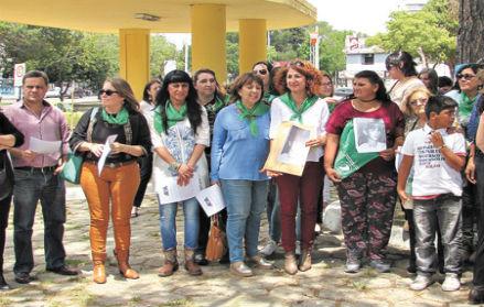 Familia de Ana María Acevedo, fallecida por negársele un aborto terapéutico, a la que una corte ha indemnizado por dicho suceso [Foto: Women's Link Worldwide].