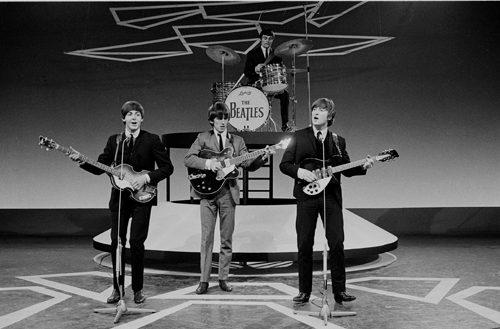 Imagen de un concierto de los Beatles en Holanda, en 1964. En este momento se puede apreciar como Jimmy Nicol sustituye a Ringo Starr en la batería, pues éste se encontraba hospitalizado [Foto: VARA vía WikimediaCommons].