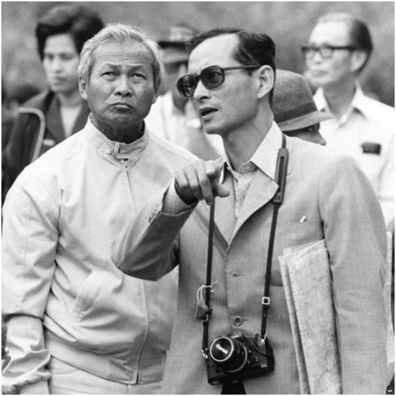 El general Prem Tinsulanonda (izquierda) junto al fallecido rey Bhumibol Adulyadej (derecha) [Foto vía BBC].
