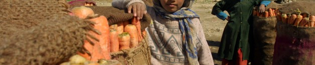 Children_with_carrots_afghanistan