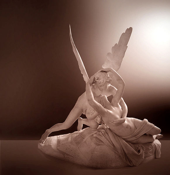Psyché ranimée par le baiser de l'Amour, célèbre statue exposée au Musée du Louvre.