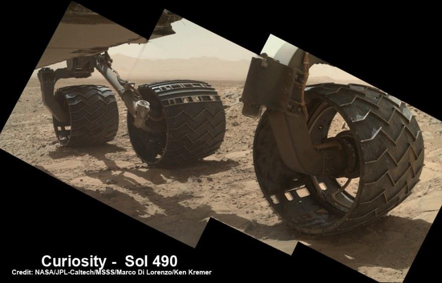 Foto mostra novos buracos e rasgos em várias das seis rodas do rover Curiosity, causadas pela condução sobre as pedras afiadas de Marte, durante os meses de caminhada até o Monte Sharp, em 2013. Imagens brutas tiradas pela câmera MAHLI no braço Curiosity em 22 de dezembro de 2013 (Sol 490) foram agrupadas para mostrar alguns danos, ainda pequenos naquele ocasião, em várias de suas seis rodas do rover - mais notavelmente as duas aqui no meio e na frente. Crédito: NASA / JPL / MSSS / Marco Di Lorenzo / Ken Kremer-kenkremer.com