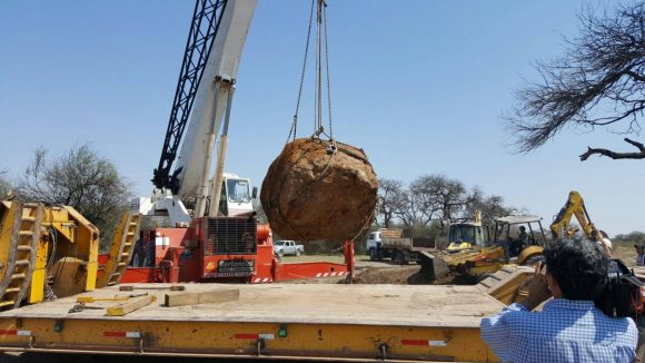 A 30-ton Campo del Cielo meteorite being extracted from the ground in Argentina. Credit:  Ministerio de Gobierno Facebook page.