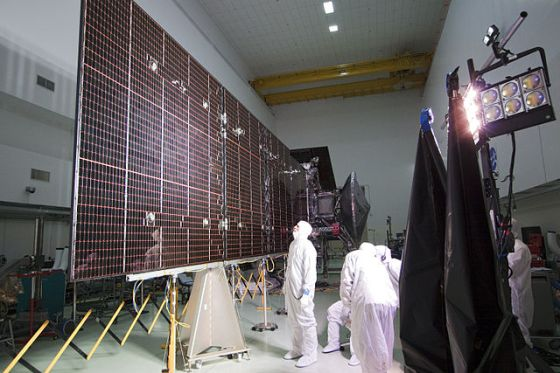 Juno's solar panels being tested. Juno was never designed to travel in darkness. Its solar panels are its source of power, and it doesn't have enough battery storage capacity to survive 12 hours of darkness. Image Credit: By Photo credit: NASA/Jack Pfaller - http://mediaarchive.ksc.nasa.gov/detail.cfm?mediaid=53133, Public Domain, https://commons.wikimedia.org/w/index.php?curid=15418531