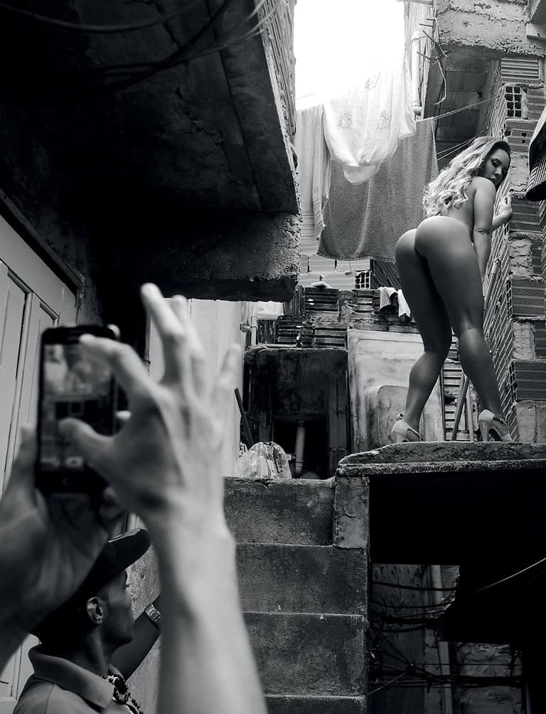 Mulher Melão Totalmente Pelada Mostrando a Bucetona e Seu Cuzão Grande