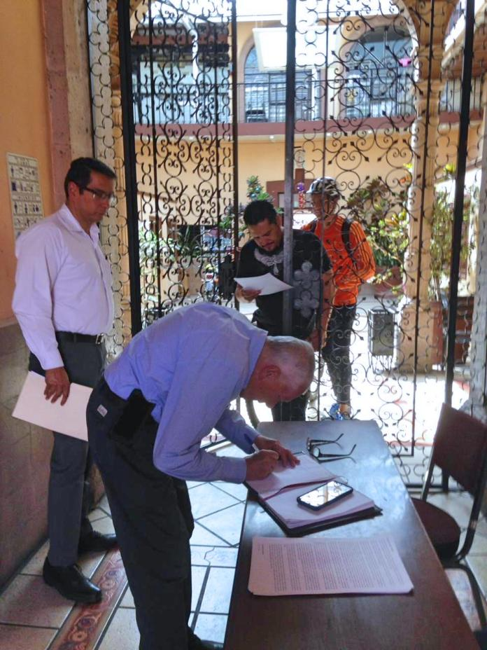 Ante la negativa del personal del SUEUM, el notario público No. 25 Lic. Salvador Hernández Mora, dio fe pública de la entrega del documento al sindicato universitario.