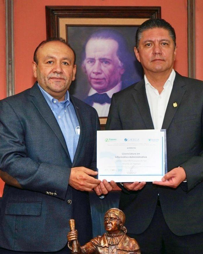 El Dr. Evaristo Galeana Figueroa, director de la Facultad de Contaduría y Ciencias Administrativas y el Dr. Raúl Cárdenas Navarro, Rector de la Universidad Michoacana de San Nicolás de Hidalgo