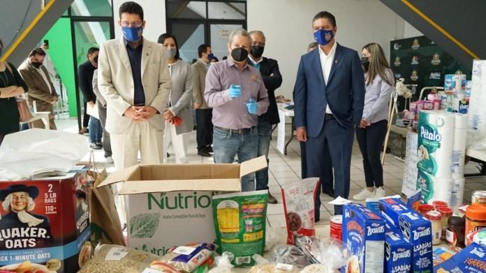 El Rector y secretario general de la UMSNH, Raúl Cárdenas Navarro y Pedro Mata, respectivamente, realizaron una visita para conocer la logistica del funcionamiento del centro de acopio.