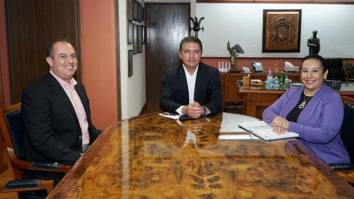 El Dr. Marco Antonio Tinoco Álvarez, presidente de la CEDH, el Rector de la UMSNH, Dr. Raúl Cárdenas Navarro y Martha Patricia Azevedo Garcìa titular de la Defensoría de los Derechos Humanos Universitarios Nicolaitas.