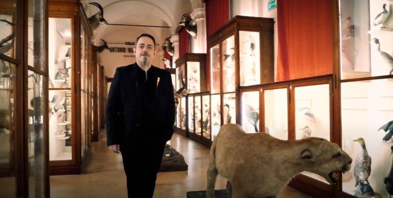 Ivan Cenzi all'interno delle collezioni zoologiche dei Musei Civici di Reggio Emilia