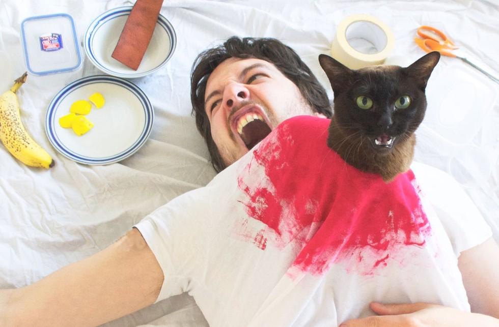 guy-e-os-seus-gatos-recriam-juntos-cenas-famosas-de-filmes