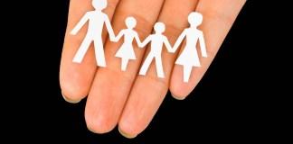 Famiglia di carta su mano femminile