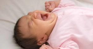 Neonato che piange mentre dorme