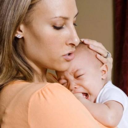 Mamma che consolo suo figlio disperato