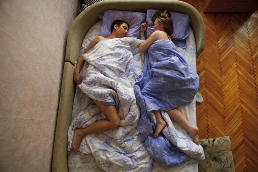 coppia con lenzuola diverse