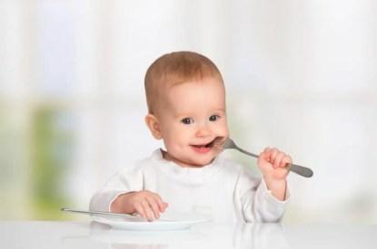 Bambino che aspetta di mangiare