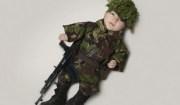 bimbo vestito da militare