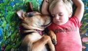 bimbo con maglietta rossa e cane dormono