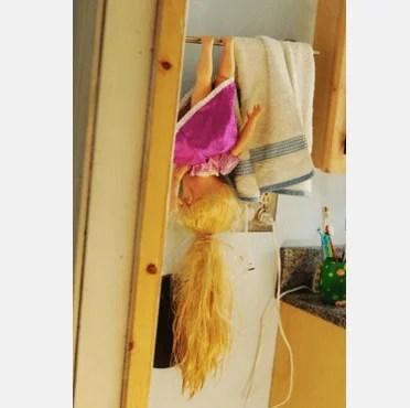barbie che penzola insieme asciugamani