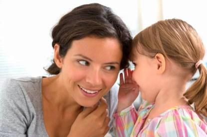 Bimba che parla alla mamma