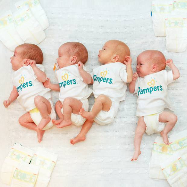 4 gemelli con pannolini pampers