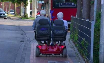 coppia anziana su motorino