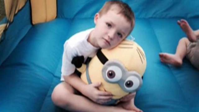 bambino autistico al suo compleanno