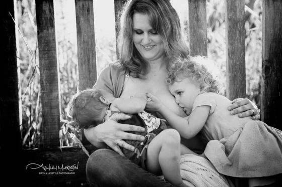 mamma con figlie allattamento