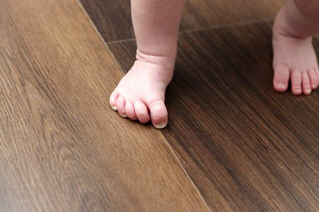 Togliersi le scarpe in casa è fondamentale: ecco i motivi