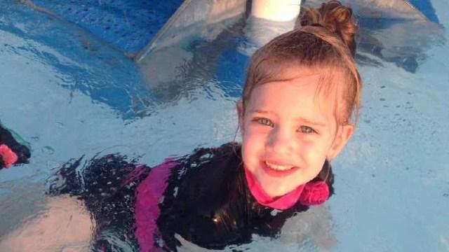 bambina nuota