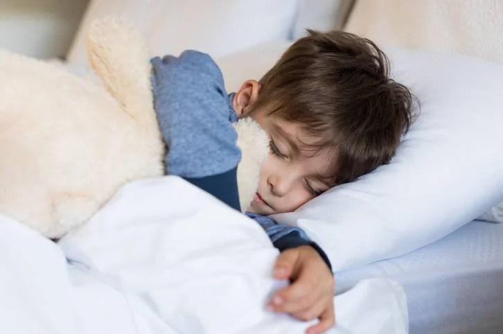 A che ora dovrebbero andare a letto i bambini? Una tabella divide i genitori