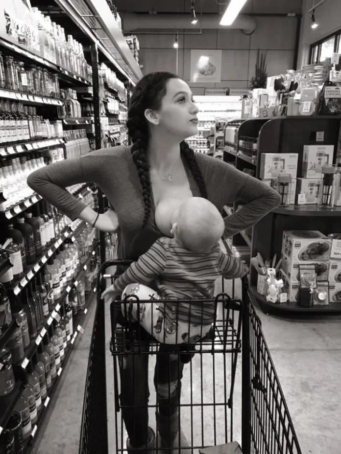mamma allatta al seno pubblico