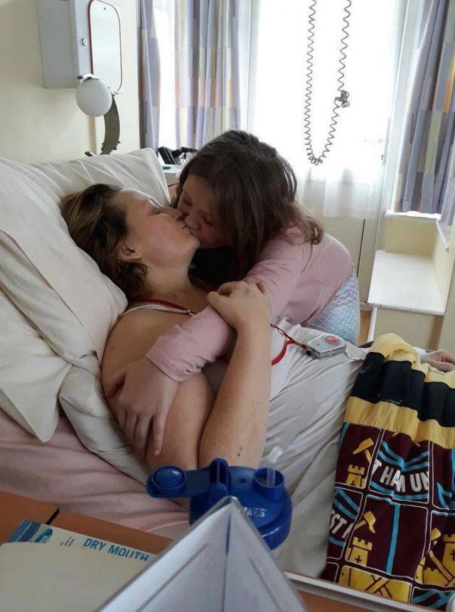 ultimo bacio di una bambina