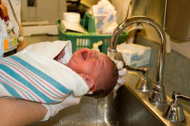Neonato ustionato primo bagnetto in ospedale salerno