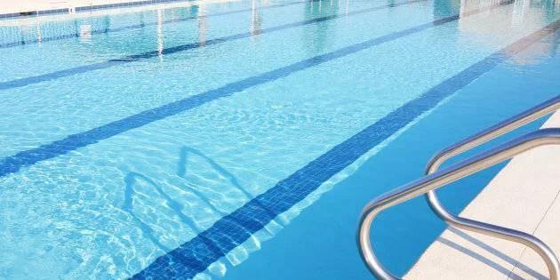 bambino 6 anni rischia di annegare in piscina