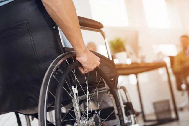 Torna a camminare dopo una paralisi: Miracolo? No merito della scienza