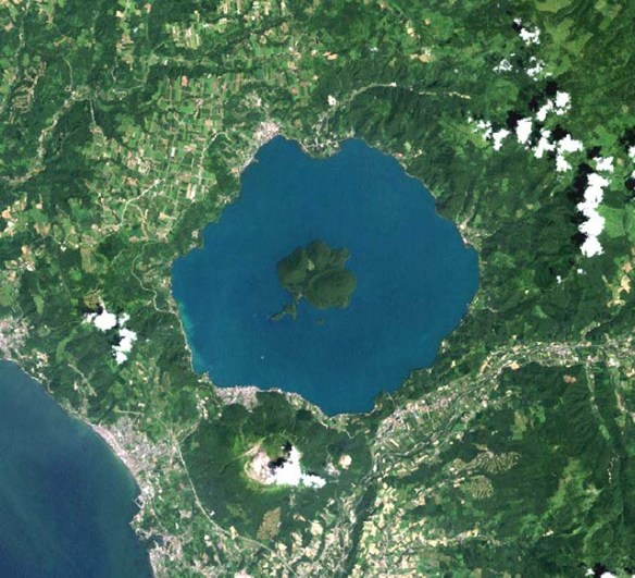 https://i1.wp.com/www.unmissablejapan.com/volcanoes/images/usu-and-lake-toya-satellite-photo.jpg?w=584