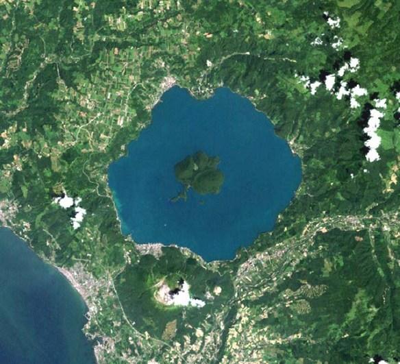 https://i1.wp.com/www.unmissablejapan.com/volcanoes/images/usu-and-lake-toya-satellite-photo.jpg?w=584