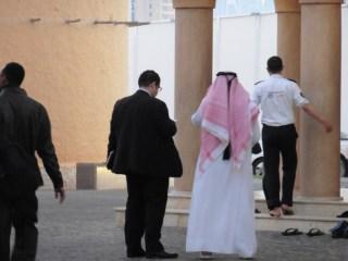 Hombres qatarís entrando a mezquita