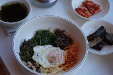 Bibimbap, Miyeok guk (sopa de alga), Kimchi y Gaji Namul (acompañamiento de berenjena)