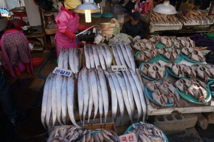 Peces sable en el mercado de Jagalchi en Busan