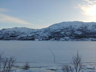 Pescando en el lago helado